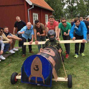 Lådbilsbygge med rally. teambuilding bygga lådbil och köra race